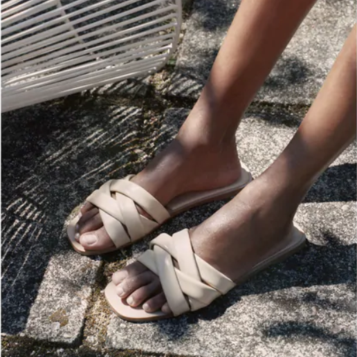 Sandalias planas: o único calzado que necesitas este verán